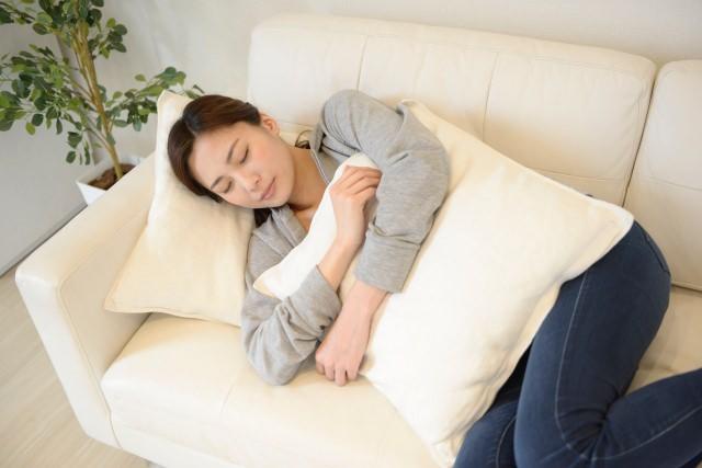 昼寝をする女性の画像
