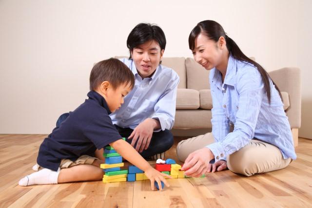 おもちゃで遊ぶ親子の画像