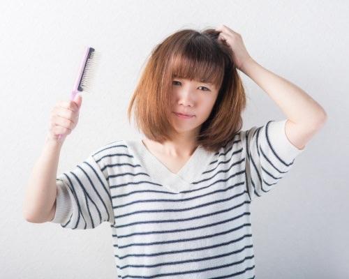 産後の抜け毛に悩むママ