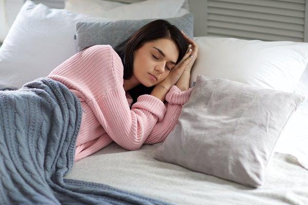 妊婦さんの睡眠している画像